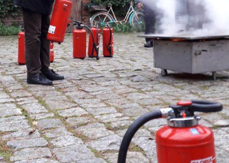 Feuer löschen bei der Mitarbeiterversammlung