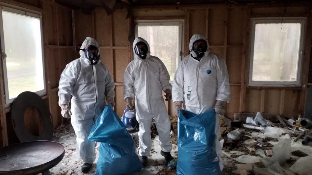 drei männer mit schutzausrüstung